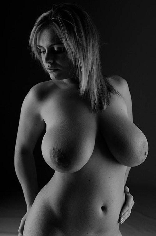 Parisienne voluptueuse aux belles formes nue