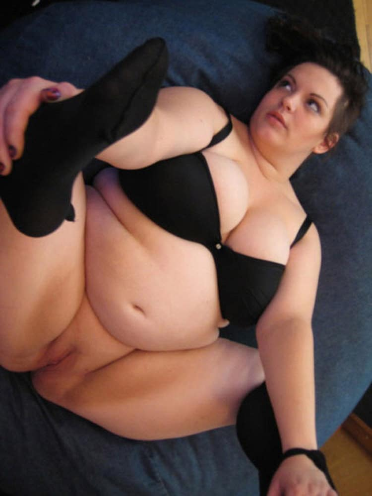 BBW funky en lingerie noire et les jambes écartées