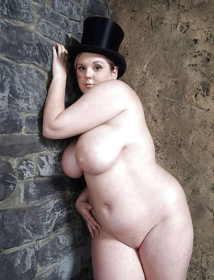 Diva ronde nue avec un chapeau de magicien