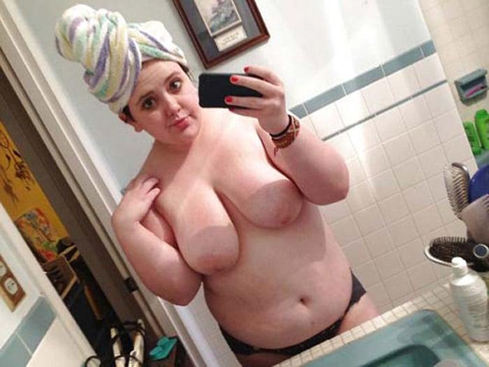 Selfie d'une meuf rondouillarde nue