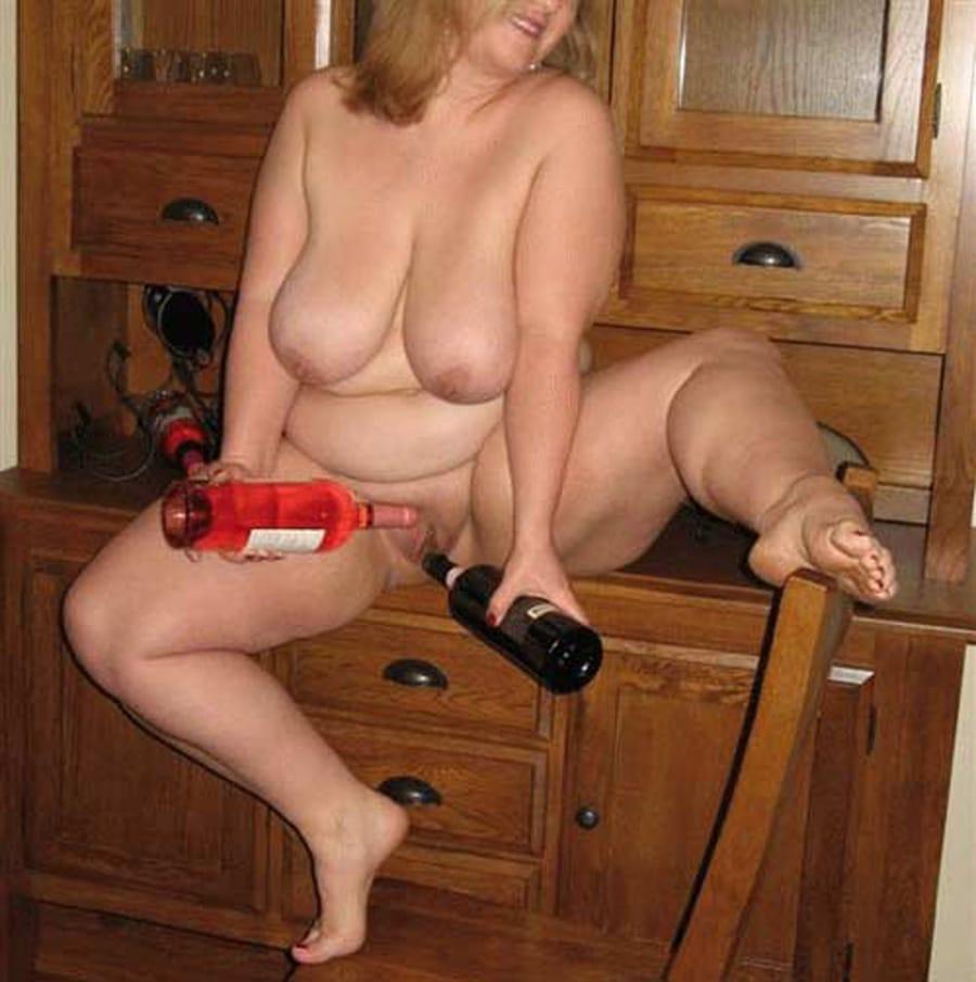Femme au foyer saoule s'enfonce une bouteille dans la chatte