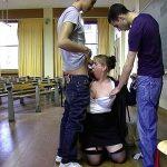 Vidéo prof mature enrobée gangbang salle de cours