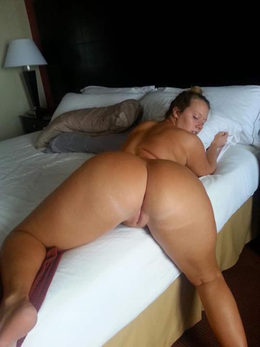 Maman à taille forte nue à l'hôtel