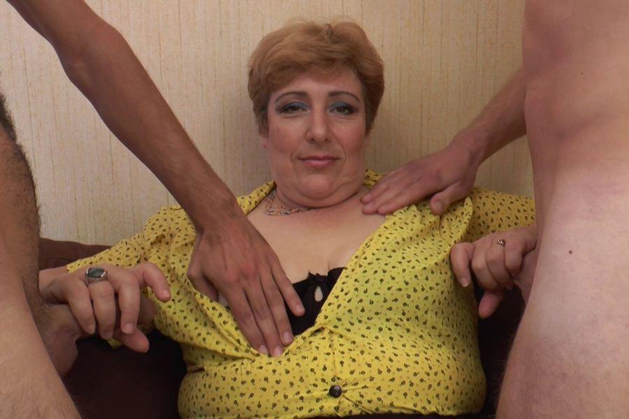 Sophia, grosse dondon mature de 50 ans enculée par 2 gars