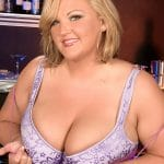 Photos Anna Kay, blondasse BBW sexy dans un bar