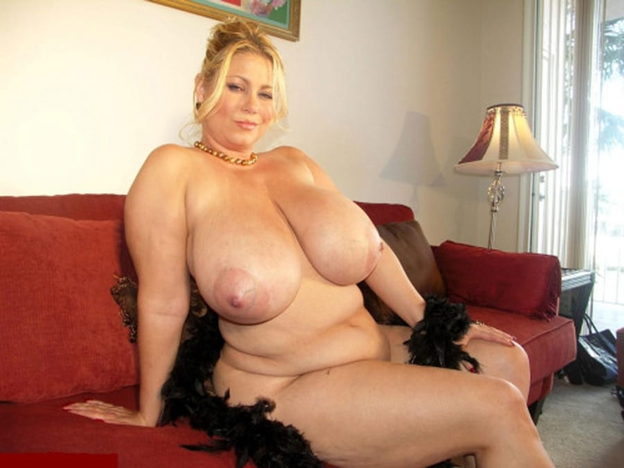 Blonde corpulente aux énormes nichons nue sur le canapé
