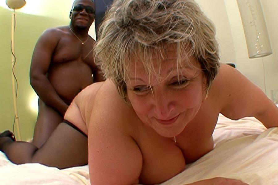 Carole, la vieille obèse insatiable se fait piner par 2 mecs