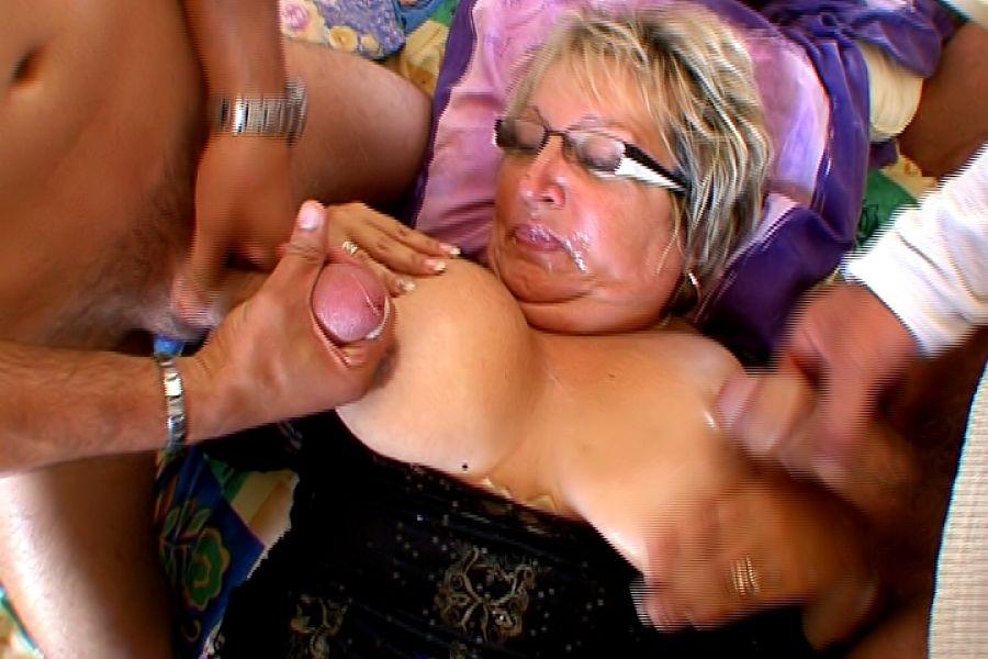 Carole, vieille salope obèse se fait déglinguer la chatte