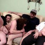 Couple voyeur assiste à une initiation à la double pénétration sur une grosse