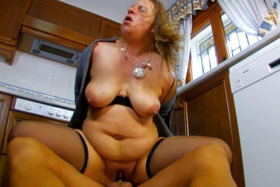 Even, mère au foyer ronde prend cher dans une cuisine
