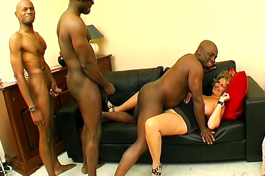 Une cougar femme de menage baise par un rebeu dans un club - 1 part 9