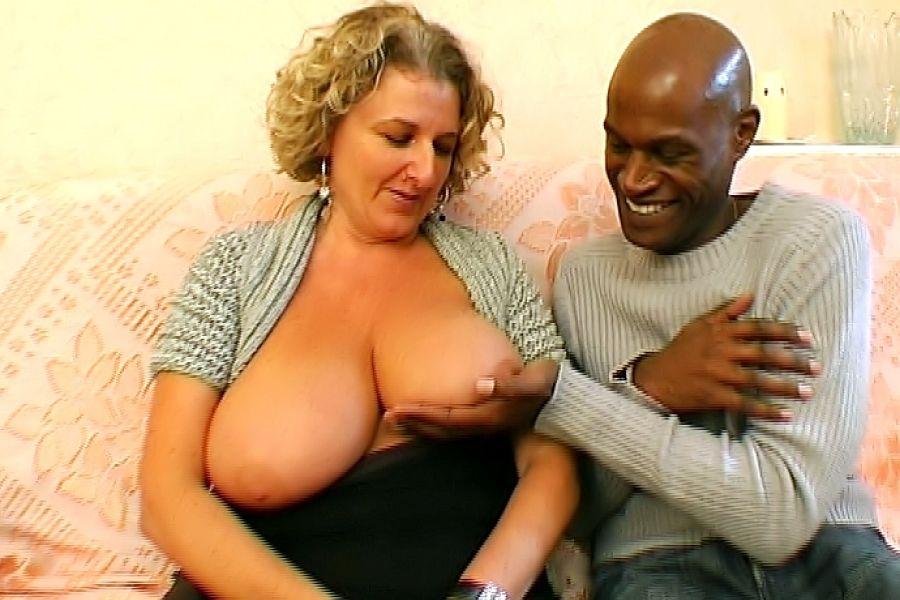 Lou, cougar aux seins énormes, gangbang avec 3 blacks