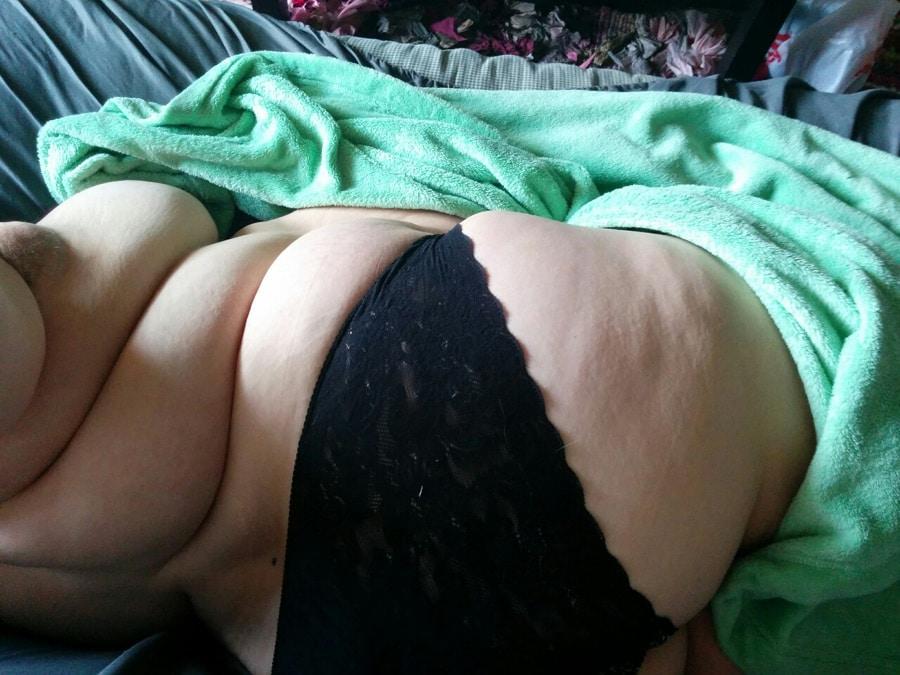 Selfies intimes d'une meuf grassouillette timide