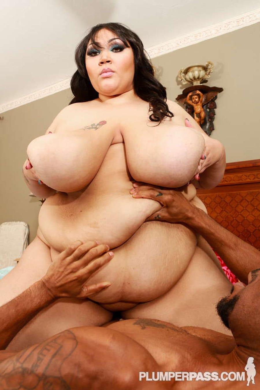 Anastasia Vanderbust métisse obèse prend cher dans la chatte