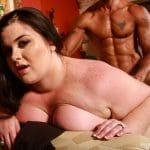 Holly Jade, brune BBW prend un creampie par un black