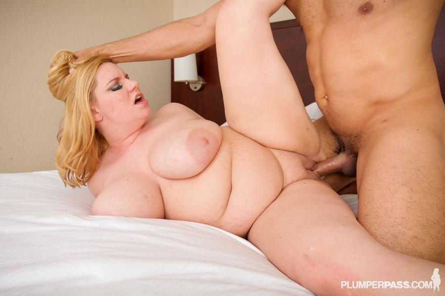Tiffany Blake, bombasse obèse blonde se fait malmener la chatte