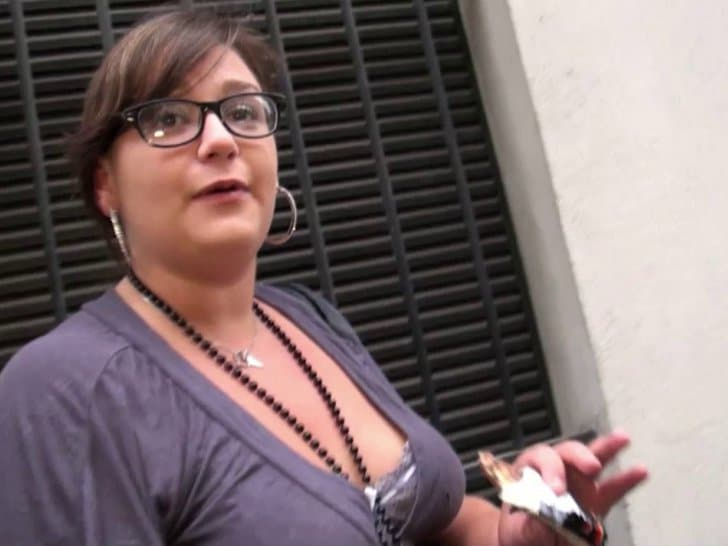 Grassouillette à lunettes baisée comme une chienne