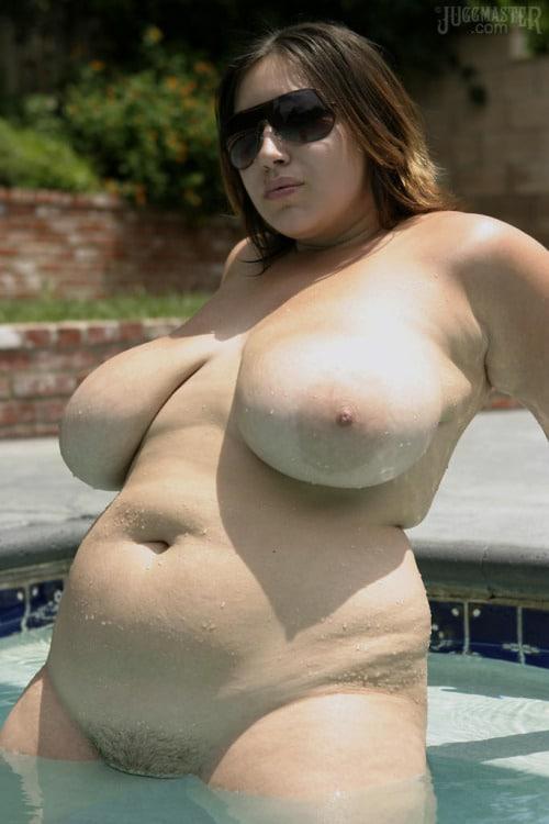 Bonnasse charnue à gros seins barbote dans la piscine