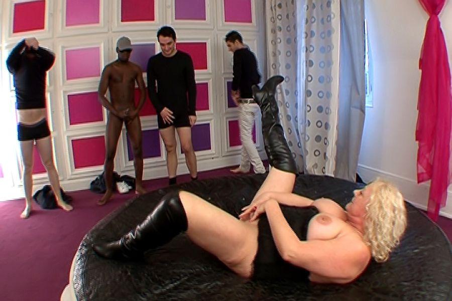 Kate maman ronde blonde prend des bites dans le cul