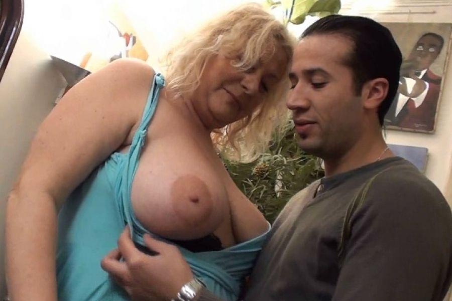 Ménagère blonde bien en chair enculée après les courses