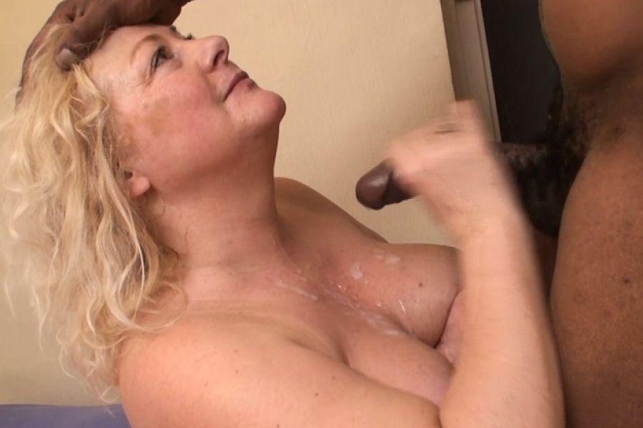 Vieille blonde ronde goute sa première bite black