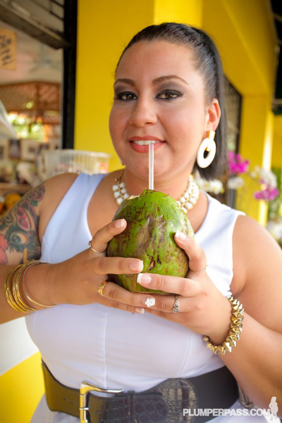 Diana boit de l'eau de coco