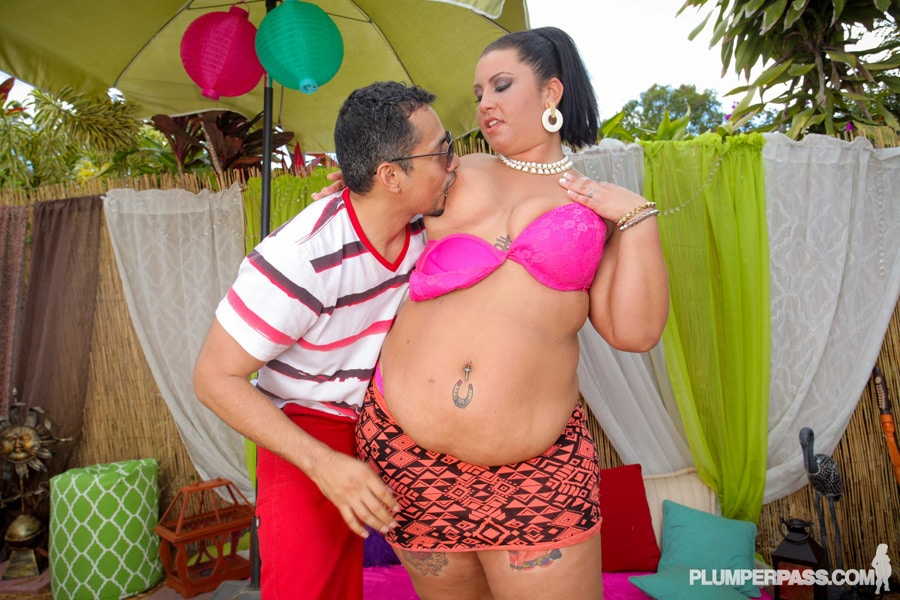 Diana Nicole se fait embrasser la poitrine