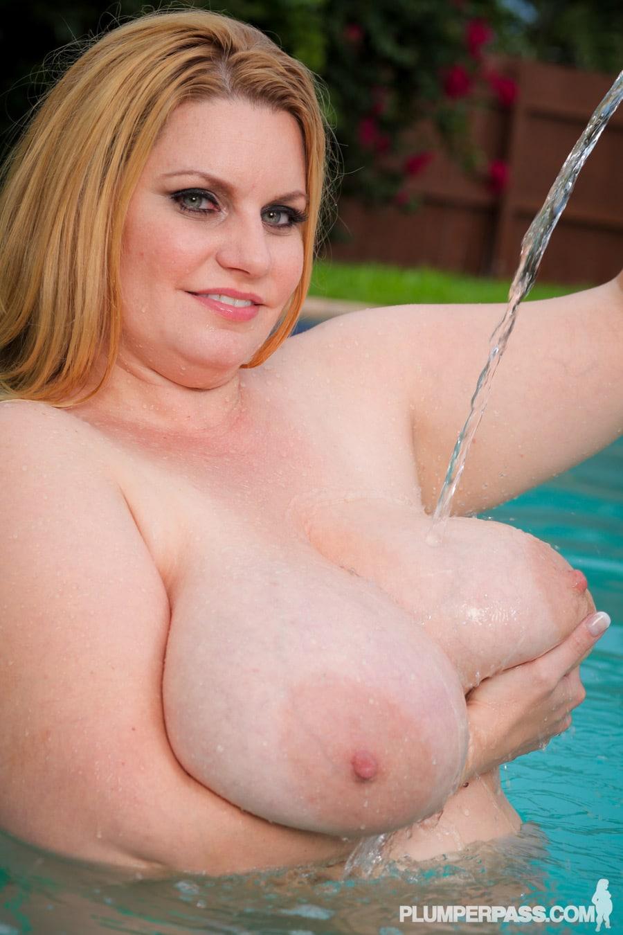Elle coule de l'eau sur ses nibards