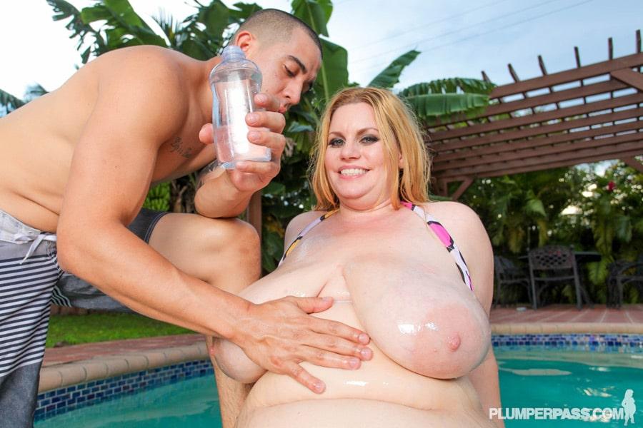 Tiffany Blake rousse BBW chaude à la piscine