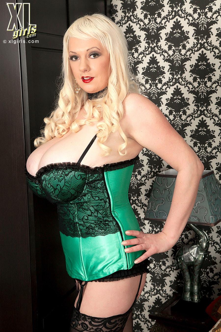 Emilia Boshe remplit un corset de ses seins énormes