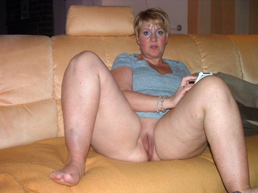 Maman blonde grassouillette sans culotte
