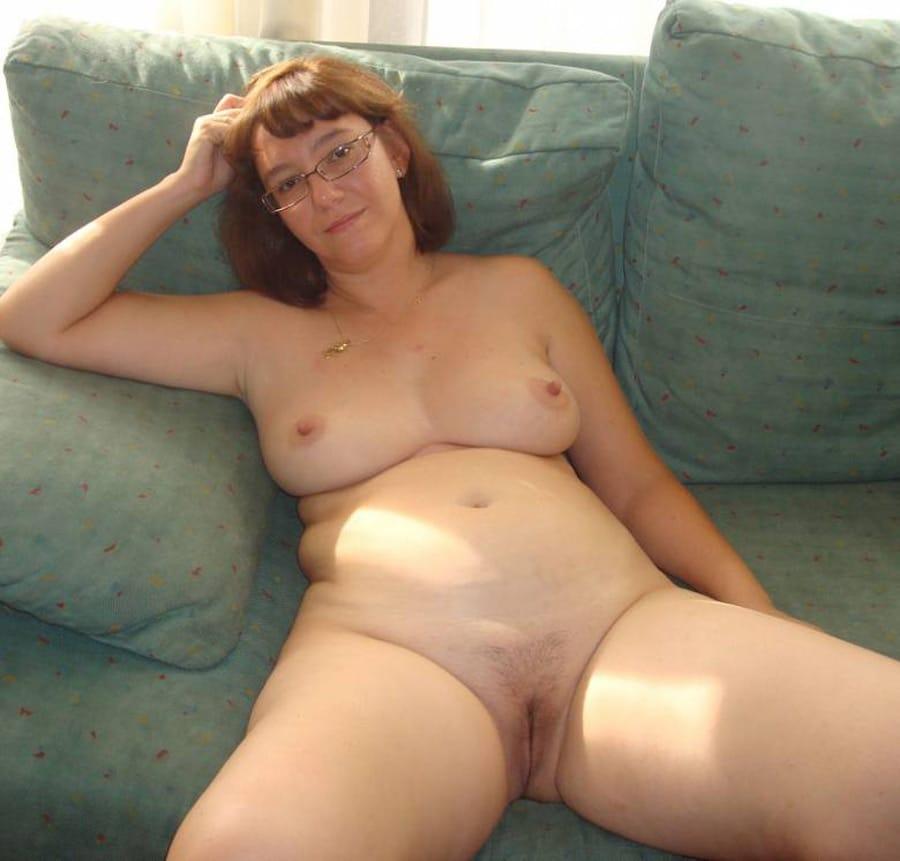 Rousse bretonne nue et ronde aux seins discrets