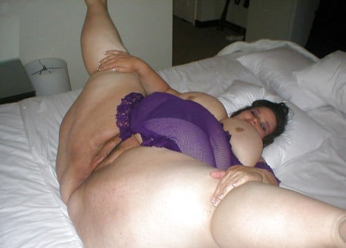 Pauletta écarte ses grosses jambes