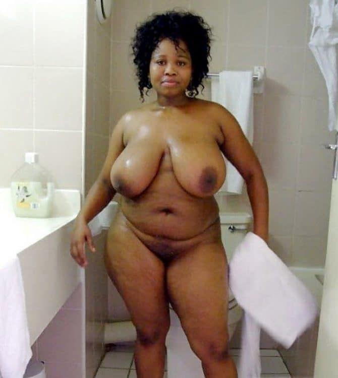 Chacha Africaine enrobée nue à gros seins