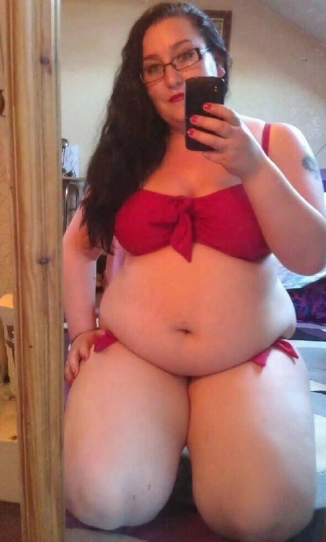 Elodie brune à lunettes obèse seule