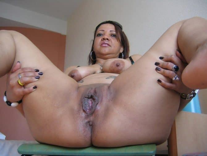 Corinne maman martiniquaise grassouillette nue ouvre sa chatte