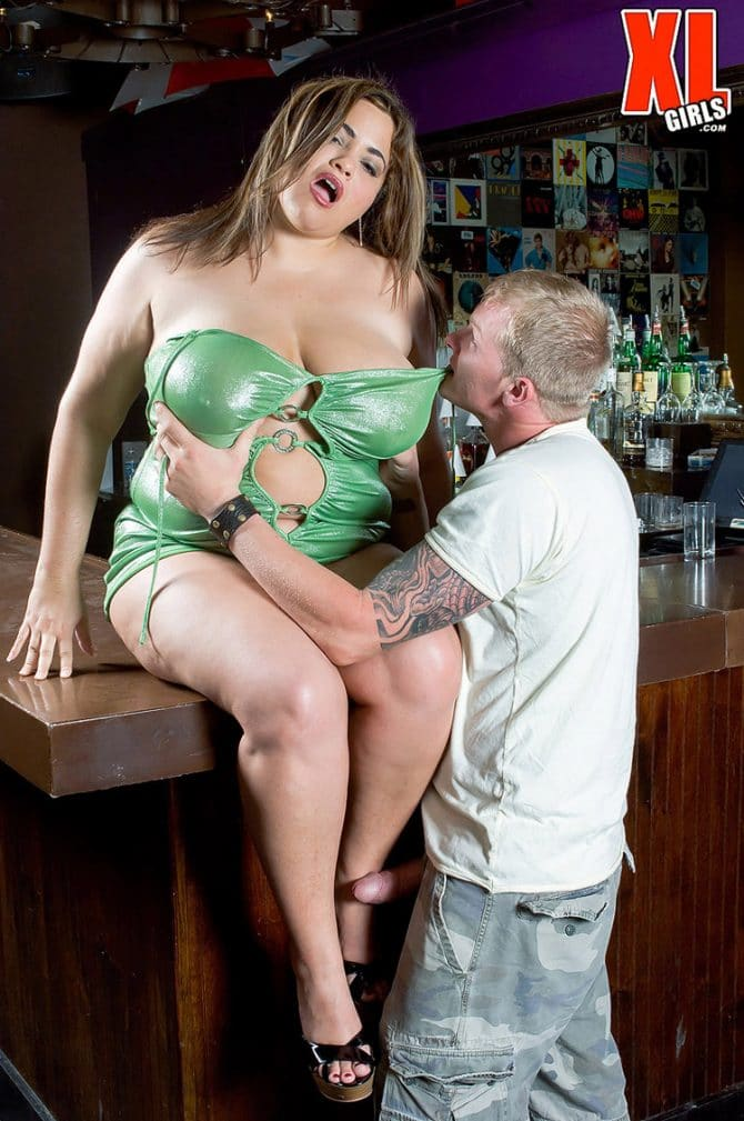 Gia Johnson grosse salope démontée dans un bar