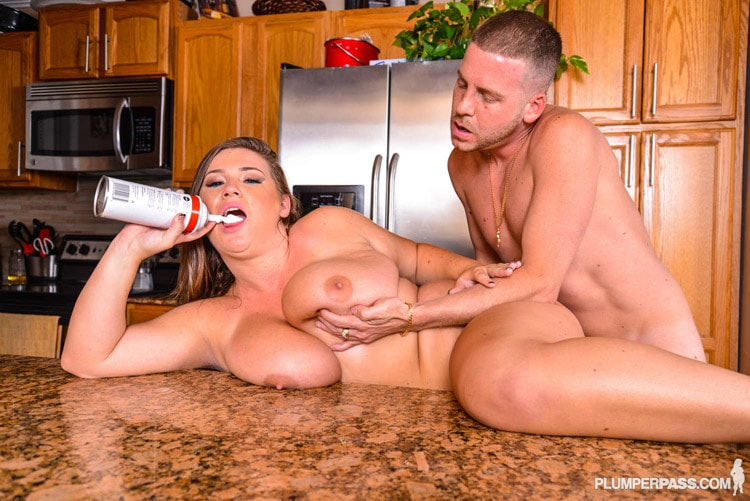 Nikki Smith salope pulpeuse baise cuisine 13