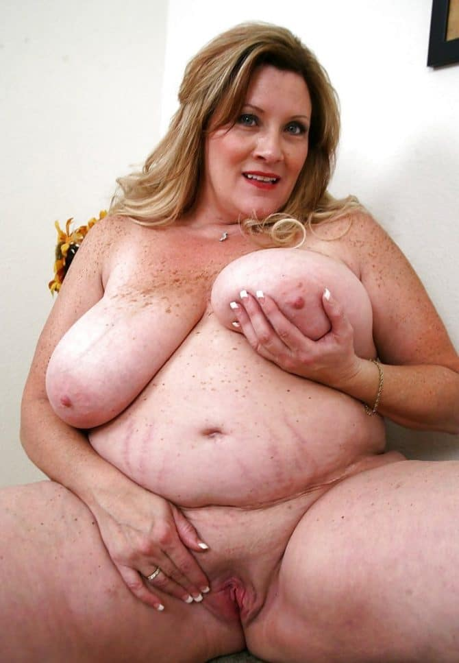 Galerie femme obèse nue et fière de ses formes charnues