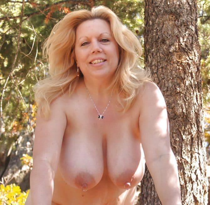 Marie, une milf grassouillette naturiste nue dans les bois